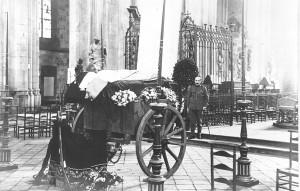 Funérailles à Sainte-Waudru entre 1928 et 1939. Collection : Jean-Claude De Genst.